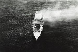 La portaerei giapponese Hiryu colpita dagli aerei americani (U.S. Navy National Museum of Naval Aviation)