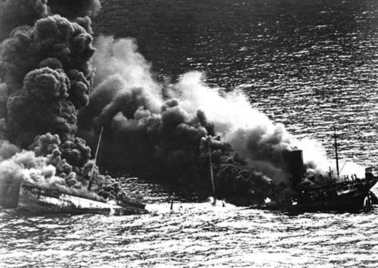 Una petroliera silurata durante la battaglia dell'Atlantico
