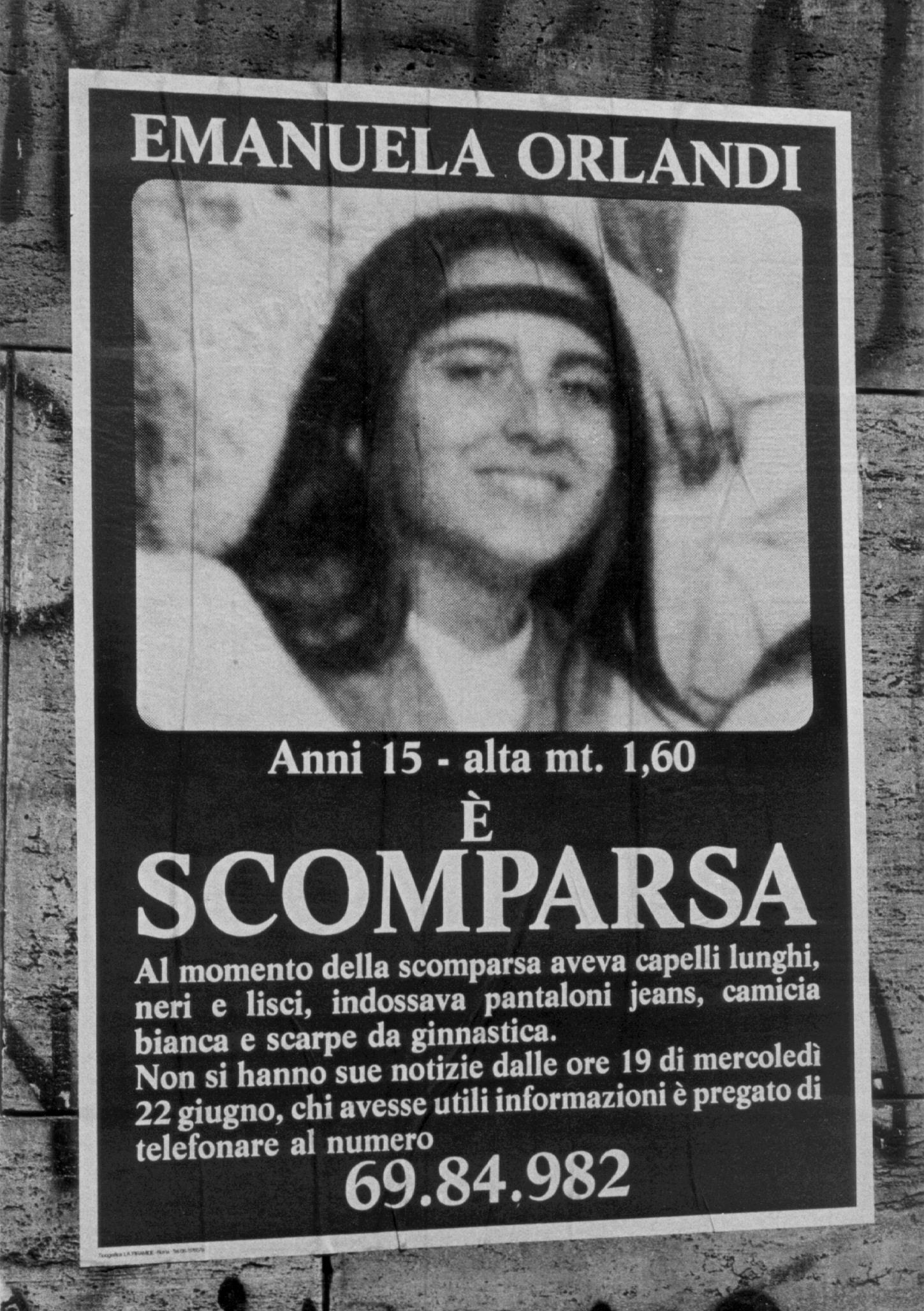 20091119 - ROMA - CLJ - EMANUELA ORLANDI: IDENTIFICATO TELEFONISTA MARIO. Un cartello con l'immagine di Emanuela Orlandi, in una foto d'archivio. E' stato identificato dalla Procura di Roma ''Mario'', il telefonista che chiamo' a casa di Emanuela Orlandi il 28 giugno del 1983 pochi giorni dopo che la ragazza era sparita a Roma. A riconoscere ed identificare il telefonista e' stata Sabrina Minardi, ex compagna di Enrico De Pedis, il ''Renatino'' della Banda della Magliana. Minardi e' stata ascoltata ieri in Procura a Roma dal procuratore aggiunto Giancarlo Capaldo e dal pm Simona Maisto. La donna, che nel giugno scorso mise a verbale alcune dichiarazioni indicando anche il presunto luogo dove il cadavere di Emanuela Orlandi era stato gettato (in una betoniera di un cantiere sul litorale romano), ha riconosciuto ''Mario'' dal nastro registrato della telefonata giunta a casa Orlandi sei giorni dopo la scomparsa di Emanuela ovvero il 22 giugno 1983. ANSA/MASSIMO CAPODANNO/DRN
