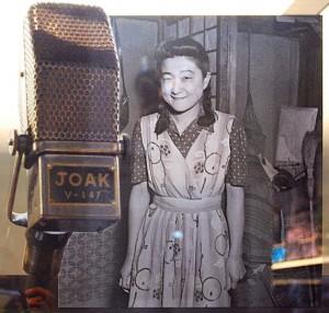 Un microfono radiofonico giapponese degli anni $0 e una foto di Iva Toguri