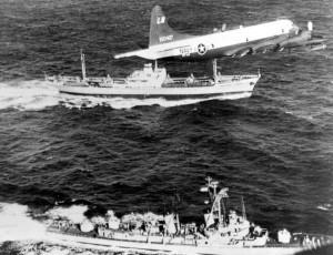 Aerei e navi da guerra americani sorvegliano un mercantile sovietico