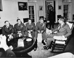 Kennedy con il generale Le May e i piloti degli U2 che avevano scoperto i missili