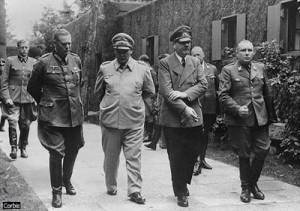 Adolf Hitler, terso da sinistra, poco dopo l'attentato del 20 luglio. Con lui (da sinistra a destra) Keitel, Goering e Bormann