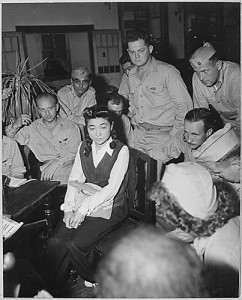 Iva Toguri circondata dai corrispondenti di guerra americani