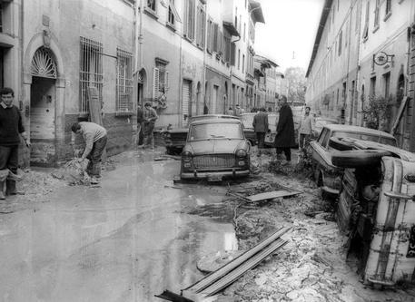 Un'immagine d'archivio dell' alluvione di Firenze del 4 novembre 1966, con le vie della citta' sommerse dalle acque del fiume Arno. ANSA/ ARCHIVIO