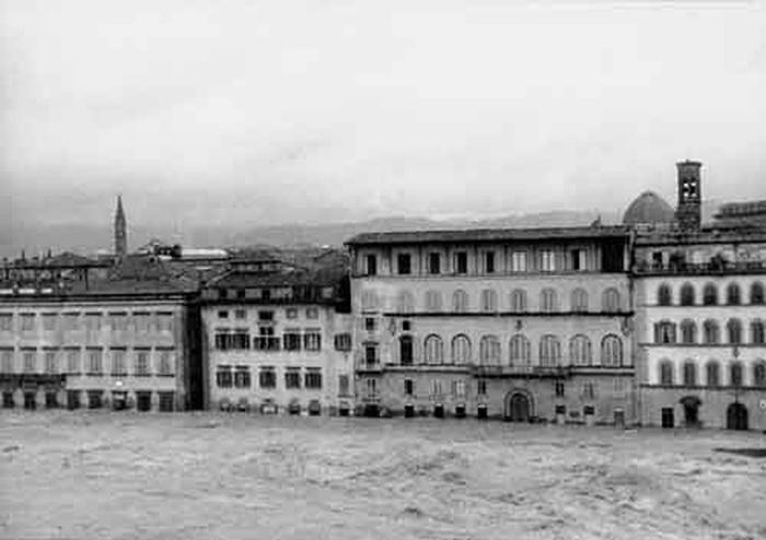 Firenze invasa dall'acqua per l'alluvione in un'imamgine d'archivio del 4 novembre 1966. ANSA /