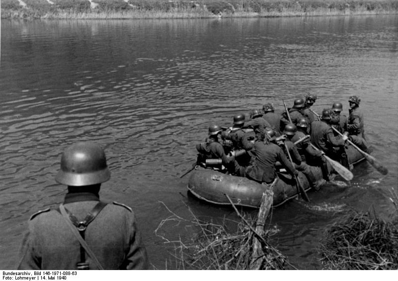 Fanteria tedesca attraversa un fiume durante la campagna di Francia, 1940 (Bundesarchiv, Coblenza)
