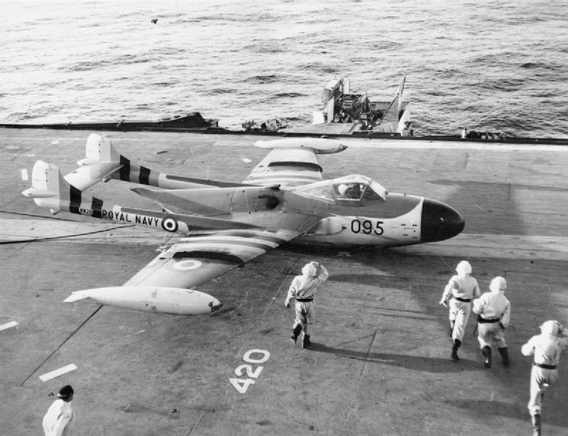 Un aereo britannico pronto al decollo su una portaerei al largo di Suez