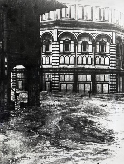 Alcune drammatiche foto di Firenze durante il terribile alluvione del 1966. L'alluvione di Firenze del 1966 è l'ultima di una serie di esondazioni del fiume Arno che hanno nel corso dei secoli mutato il volto della città di Firenze. Avvenuta nelle prime ore del 4 novembre 1966 in seguito di un'eccezionale ondata di maltempo, fu uno dei più gravi eventi alluvionali accaduti in Italia, e causò forti danni non solo a Firenze ma in gran parte della Toscana e più in generale tutto il paese. Diversamente dall'immagine che in generale si ha dell'evento, l'alluvione non colpì solo il centro storico di Firenze ma l'intero bacino dell'Arno, sia a monte sia a valle della città.