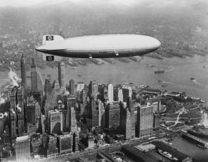 L'Hindenburg in volo sopra Manhattan durante uno dei suoi viaggi tra Germania e Stati Uniti, nel 1936 (AFP/AFP/Getty Images)