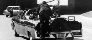 Esplora il significato del termine: Dallas, 22 novembre 1963: il presidente Kennedy è stato appena colpito, la limousine presidenziale corre verso l'ospedale Dallas, 22 novembre 1963: il presidente Kennedy è stato appena colpito, la limousine presidenziale corre verso l'ospedale