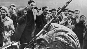 Una statua di Stalin abbattuta