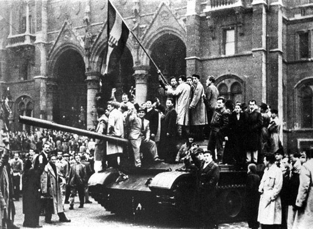 Ungheria 1956Rivoltosi sopra un carro armato