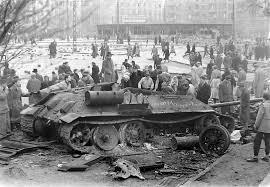 Un tank sovietico distrutto nel vie di Budapest