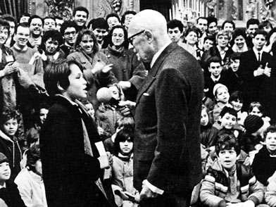 Il Presidente della Repubblica Sandro Pertini fra i giovani al Quirinale.
