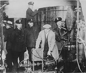 La polizia di Detroit interviene contro una distilleria clandestina