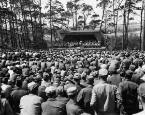 Soldati americani in Francia a un concerto di Miller nell'estate del 1944