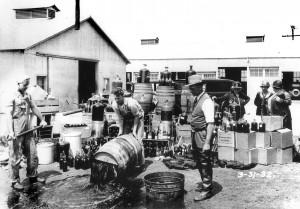 Liquore versato in terra dopo l'irruzione in una distilleria