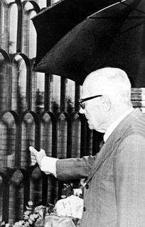 Il Presidente della Repubblica Sandro Pertini rende omaggio alla tomba del Presidente della D.C. Aldo Moro, assassinato dalle BR, nel cimitero di Turrita Tiberina. 9 maggio 1982