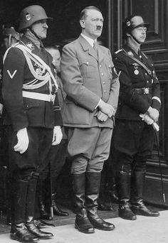 Adolf Hitler (al centro). A destra il capo delle SS Heinrich Himmler
