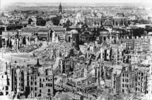 Dresda nel 1945: immagine simbolo delle distruzioni patite dalla Germania nell'ultimo anno di guerra