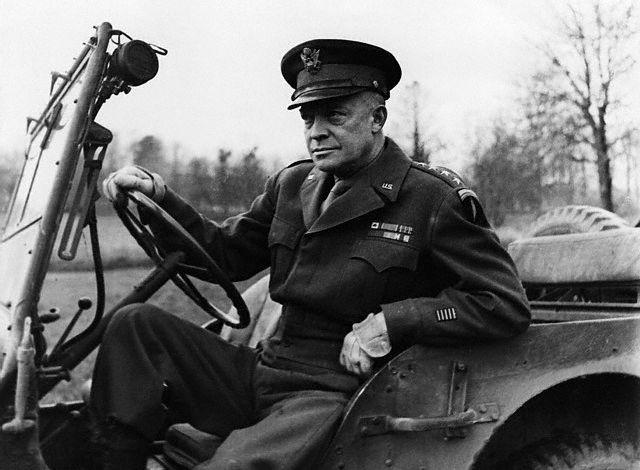 """Il generale Dwight """"Ike"""" Eisenhower fotografato in Gran Bretagna prima dello sbarco in Normandia. Sulla spalla sinistra la spada fiammeggiante simbolo dello Shaef, Supreme Headquarters of Allied Expeditionary Force"""