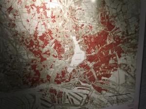 Una mappa che dà un'idea della distruzione di Amburgo: le aree in rosso scuro furono distrutte per oltre 70%, quelle a tratteggio più chiaro tra il 50 e il 70% (Cripta di San Nicola, foto dell'autore)