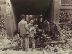 I prigionieri di Neuengamme sgombrano macerie e cadaveri (Cripta di San Nicola, foto dell'autore)