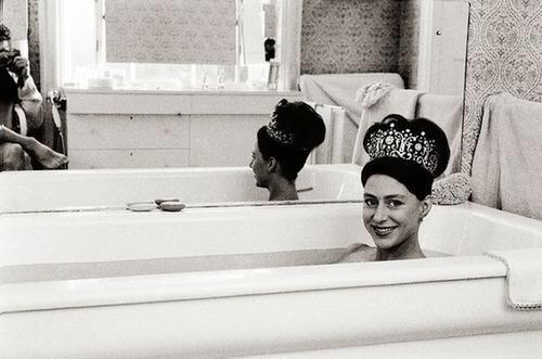 princess-margaret-wearing-her-wedding-tiara-in-the-bath-1962