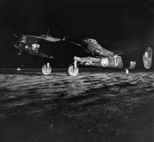 Un bombardiere britannico Halifax si prepara al decollo