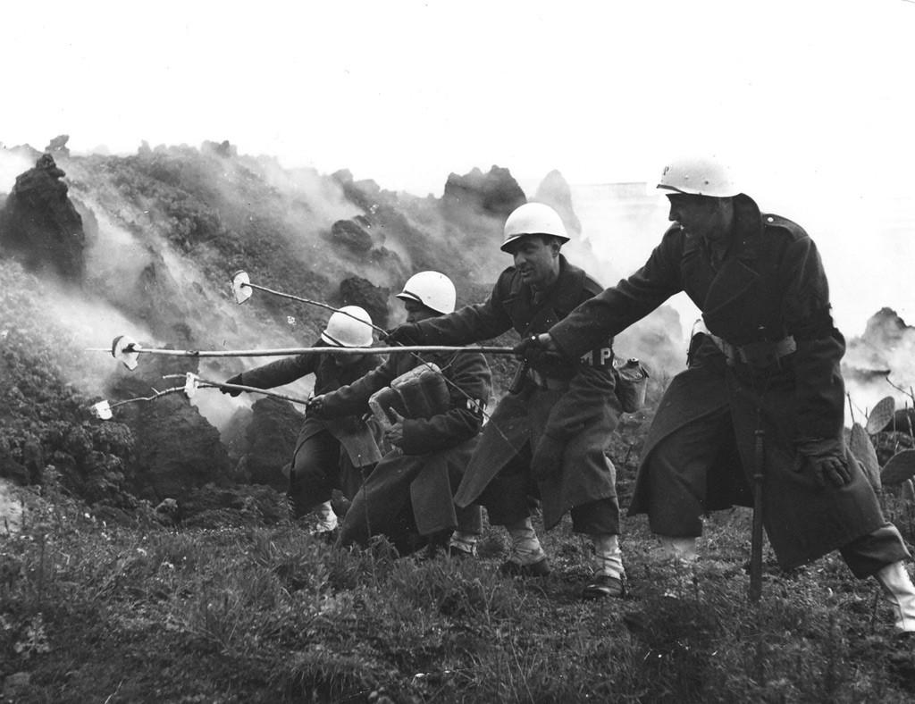 Soldati-abbrustoliscono-il-pane-sul-Vesuvio