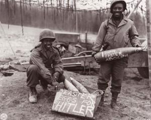 Artiglieri americani si preparano a sparare sulle linee tedesche (Wikipedia)