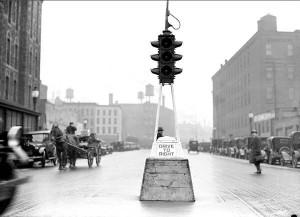 Cento anni fa il primo semaforo, ma aveva solo rosso e verde