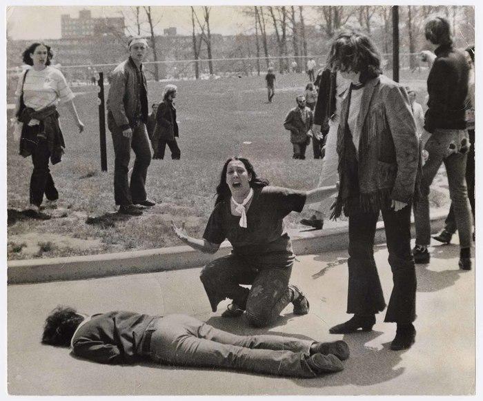 La studentessa Mary Ann Vecchio piange accanto al corpo di Jeffrey Miller, uno degli studenti uccisi alla Kent State. La foto fruttò al fotografo John Filo il premio Pulitzer
