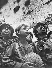 Paracadutisti israeliani davanti al Muro del Pianto il 7 giugno del 1967. La foto di David Rubinger divenne una delle icone del conflitto