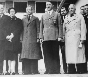 I duchi di Windsor, a sinistra, insieme ad Adolf Hitler a Berchtesgaden, in Germania, nell'ottobre del 1937 (AP Photo)