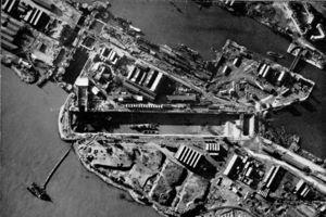 Il Normandie dock visto dall'alto: dntro è ancora presente il relitto del Campbeltown (fonte Wikipedia)