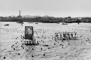Cinquemila cinesi seguono il buon esempio dell'allora presidente della Cina Mao Zedong, che il 16 luglio del 1966 nuotò 15 chilometri in 65 minuti nel fiume Yangtze, a Wuhan, per dimostrare che era in ottima salute. Oltre a Mao nel fiume c'erano anche suo enormi ritratti, come quello della foto, accompagnati da slogan che gli auguravano 10 milla anni di vita. (AFP/Getty Images)