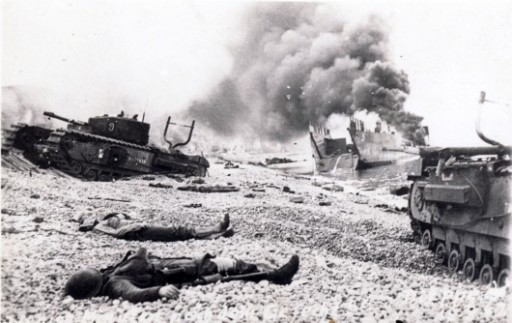 Carri armati distrutti e caduti canadesi sulla spiaggia di Dieppe (da Wikimedia)