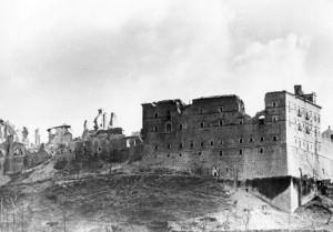 L'abbazia di Montecassino diroccata dai bombardamenti (da Wikipedia)