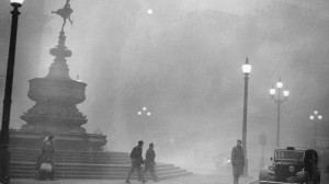 Piccadilly Circus durante il Grande smog del 1952. (Central Press/Hulton Archive/Getty Images)