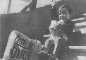 befana-fascista-bambino