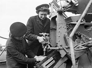 Ausiliaroie della Royal Navy impegnate nella mautenzione di un cannone antiaereo, Liverpool (da Wikiwand)