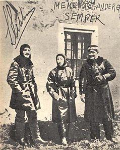 protagonisti della beffa di Buccari, da sinistraLuigi Rizzo,Gabriele D'AnnunzioeCostanzo Ciano, in posa per la foto dopo la missione.