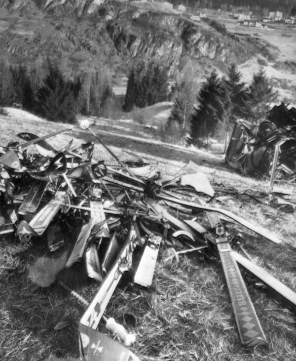 Gli sci delle vittime coinvolte nell'incidente della funivia di Cerrmis (ANSA)