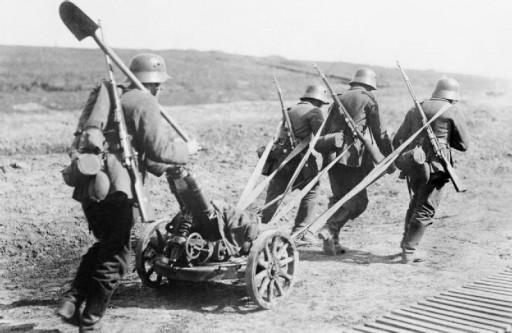 Soldati tedeschi con un lanciamine in marcia verso la linea del fronte (Da Wikimedia)