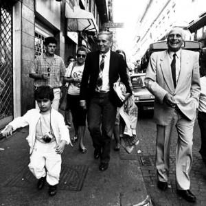 Enzo Tortora con Marco Pannella in una delle ultime apparizzioni in pubblico a Napoli durante una Passeggiata in via Roma seguito da un piccolo Reporter