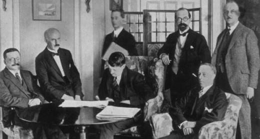 Un'immagine della firma del trattato anglo-irlandese che portò alla nascita dello Stato libero di Irlanda. Erskine Childers, segretario della delegazione irlandese, è il terzo da sinistra.