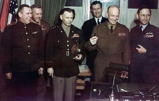 Eisenhower e gli altri comandanti alleati dopo la firma della resa tedesca nel maggio 1945. Accanto alla testa di Walter Bedell Smith, a sinistra di Ike, si nota un'ombra scura: è quanto rimane dei riccioli di Kay Summersby cancellata dal Pentagono nella foto ufficiale distribuita alla stampa (da Wikimedia)