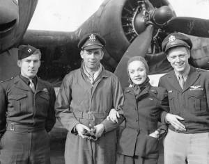 Marlene Dietrich con alcuni aviatori americani nel 1944 (da Wikipedia)